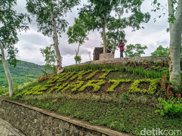 Menuju puncak bukit, wisatawan dipermudah dengan jalan yang sudah ditata dengan paving. Di bagian kanan kiri tampak gazebo untuk beristirahat.