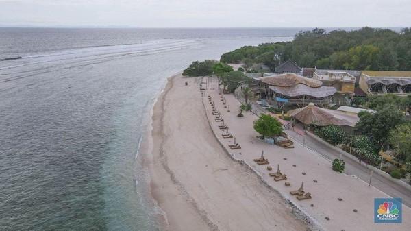 Gili Trawangan terkenal dengan pantai pasir putih yang landai. Turis mancanegara paling suka bersantai dan berjemur di pantainya. Duduk-duduk di bangku yang panjang atau merebahkan diri di atas pasirnya.