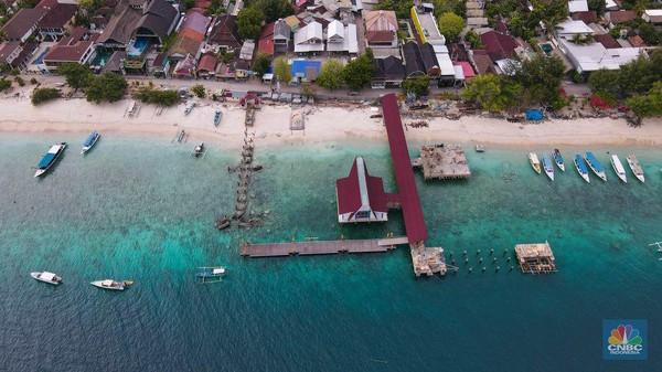 Kapal-kapal yang biasanya digunakan untuk mengantarkan wisatawan menikmati indahnya laut di kawasan Gili ini banyak yang bersandar menunggu untuk disewa.