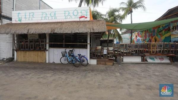Sejumlah pemilik bar terpaksa menutup bisnisnya agar tak merugi. Asrul, karyawan salah satu bar di Gili Trawangan mengatakan, tempatnya bekerja telah tutup selama 4 bulan karena sepinya pelancong.
