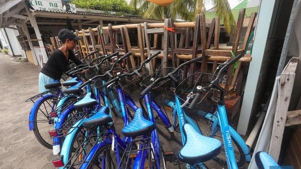 Pemilik penyewaan sepeda juga hanya bisa memarkirkan sepedanya ditepi jalan. Biasanya sepeda menjadi salah satu alternatif wisatawan untuk berkeliling.
