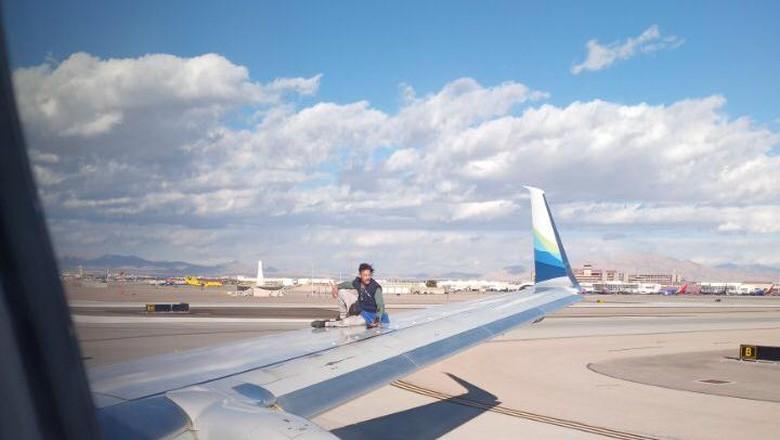 Pria panjat pesawat di Las Vegas