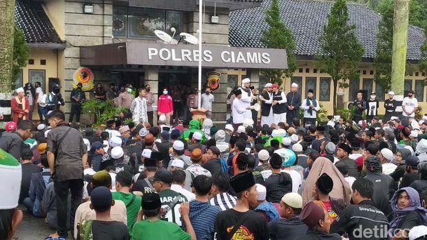 Sejumlah umat Islam dari berbagai elemen masyarakat mendatangi Marpolres Ciamis. Kedatangan mereka untuk memprotes penahanan Habib Rizieq di Polda Metro Jaya.