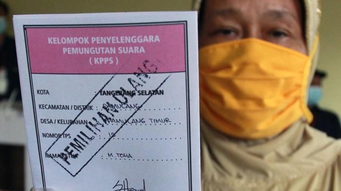 Seorang pemilih memasukan surat suara pemilihan suara ulang (PSU) Kota Tangerang Selatan kedalam kotak usai menggunakan hak pilihnya di TPS 15 Pamulang Timur, Pamulang, Tangerang Selatan, Banten, Minggu (13/12/2020). Bawaslu Kota Tangsel merekomendasikan PSU di tiga TPS yang ada di Ciputat Timur dan Pamulang Timur karena adanya pelanggaran dan kelalaian yang dilakukan petugas kelompok penyelenggara pemungutan suara (KPPS) mulai dari penggantian ketua KPSS secara sepihak hingga memilihnya warga yang tidak terdaftar dalam daftar pemilih tetap. ANTARA FOTO/Muhammad Iqbal/rwa.