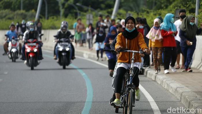 Pemkot Bekasi meniadakan CFD selama pandemi COVID-19. Meski demikian warga tetap memadati Jembatan Summarecon untuk berolahraga.