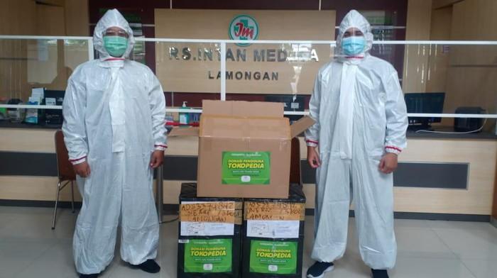 Tokopedia tergerak untuk turut bersimpati dengan memberikan bantuan Alat Perlindungan Diri (APD) kepada para tenaga medis.