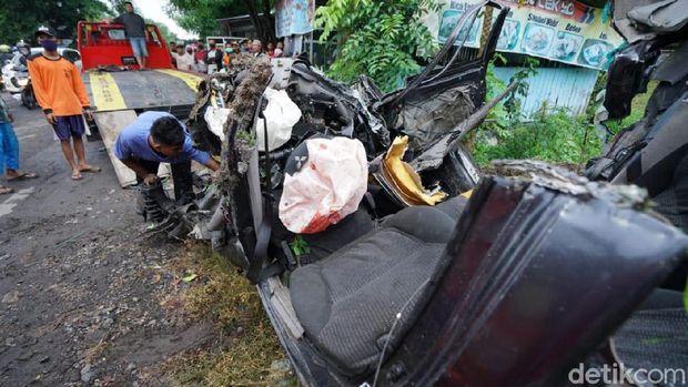 Mobil patroli Polsek Kalijambe tertabrak Kereta Api (KA) Brantas di Sragen, Jawa Tengah. Akibat kecelakaan ini mobil ringsek, dua orang tewas dan satu orang hilang.