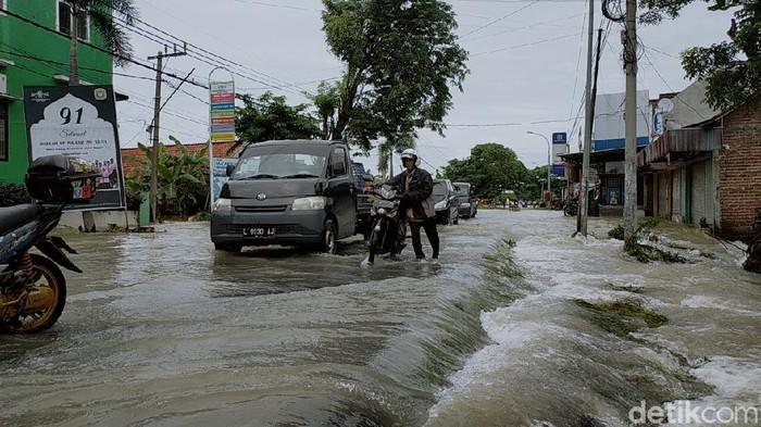 Seorang siswi SMP di Kecamatan Benjeng, Gresik hilang terseret banjir, Minggu (13/12). Siswi berumur 13 tahun itu ditemukan dalam kondisi meninggal dunia.