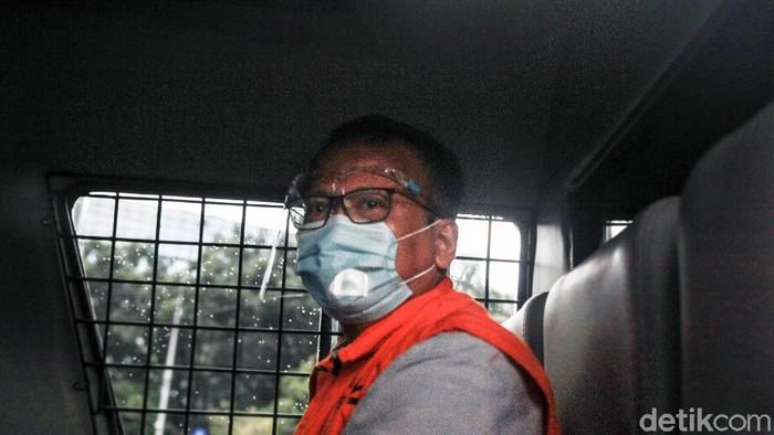 Mantan Menteri KKP Edhy Prabowo meninggalkan gedung KPK usai menjalani pemeriksaan. Ia tampak menunduk saat tinggalkan gedung KPK.