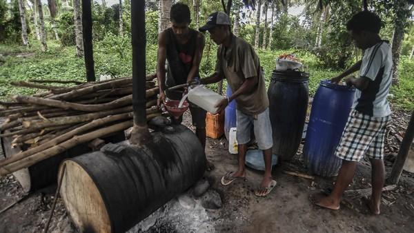 Salomon memiliki perlengkapan mengolah nira kelapa menjadi sopi di gubuk kecil miliknya sejak beberapa tahun terakhir. Setiap hari, dia mengumpulkan nira kelapa untuk disuling menjadi sopi.