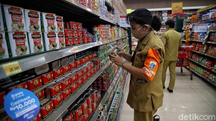 Petugas dari Dinas UMKM dan BPOM melakukan sidak ke pusat perbelanjaan. Hal itu dilakukan guna antisipasi makanan dan minuman kadaluwarsa beredar jelang Nataru.