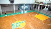 Sarana olahraga basket indoor yang menyajikan konsep baru dan pertama di Indonesia tersebut memiliki lapangan basket dengan standar internasional.