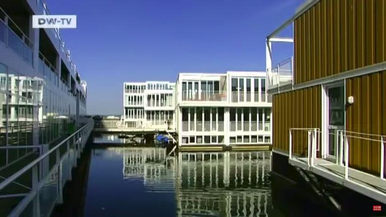 Amsterdam memperkenalkan perumahan terapung dengan teknologi modern sehingga tidak terendam ketika air pasang. Seperti apa ya?