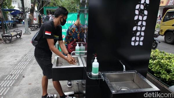 Selain 30 detektor suhu, juga ada 34 tempat cuci tangan tanpa sentuh.