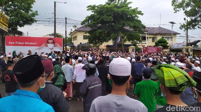 Massa pendukung Habib Rizieq geruduk Polres Cianjur.