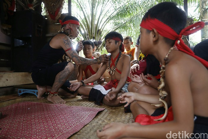 Suku Dayak merupakan suku mayoritas yang menghuni Kalimantan, termasuk di dalam kawasan perbatasan. Mereka punya beragam cara untuk bertahan.