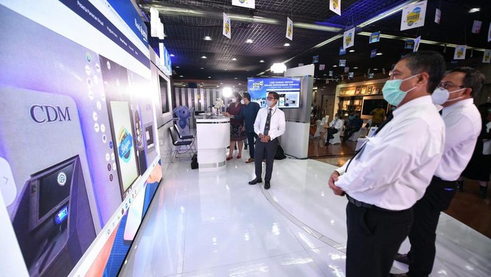 Direktur Utama PT Bank Tabungan Negara (Persero) Tbk. Pahala Nugraha Mansury (kanan) didampingi Direktur Consumer and Commercial Lending Bank BTN Hirwandi Gafar  (tengah) dan Direktur Operation, IT, and Digital Banking Bank BTN Andi Nirwoto (kiri) kompak menekan tombol pembukaan KPR BTN Anniversary Virtual Expo di Menara BTN di Jakarta, Senin (14/12).  Bank BTN kembali menggelar pameran perumahan virtual yang berlangsung dari 14 Desembet 2020 sampai dengan 14 Januari 2021 untuk mendukung pertumbuhan positif sektor perumahan di tengah kontraksi ekonomi akibat pandemi Covid-19. Pameran tersebut juga diselenggarakan untuk mendongkrak kinerja penyaluran kredit perseroan yang dibidik tumbuh pada kisaran 2%-3% hingga akhir tahun 2020.
