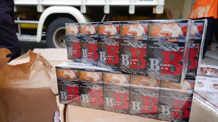 Penampakan rokok ilegal yang disita dari truk di Kudus, Jumat (11/12/2020). Truk itu memuat 1,28 juta rokok senilai Rp 1,31 miliar.