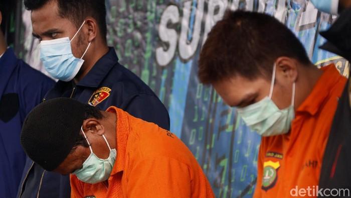 Polisi menangkap dua pelaku penyebaran berita bohong dan ancaman pembunuhan terhadap anggota polri lewat Medsos. Mereka ditetapkan sebagai tersangka.