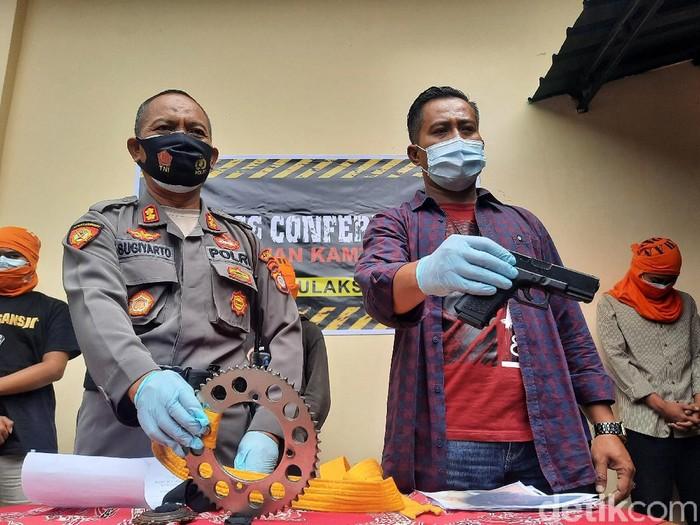 Polisi tunjukkan barang bukti dari penangkapan belasan ABG di Polsek Bulaksumur, Sleman, Senin (14/12/2020).