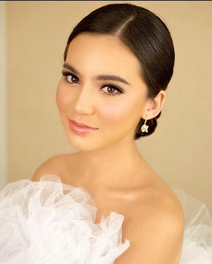 Pose Cantik Karen Nijsen Saat Liburan Sambil Sarapan di Kolam Renang