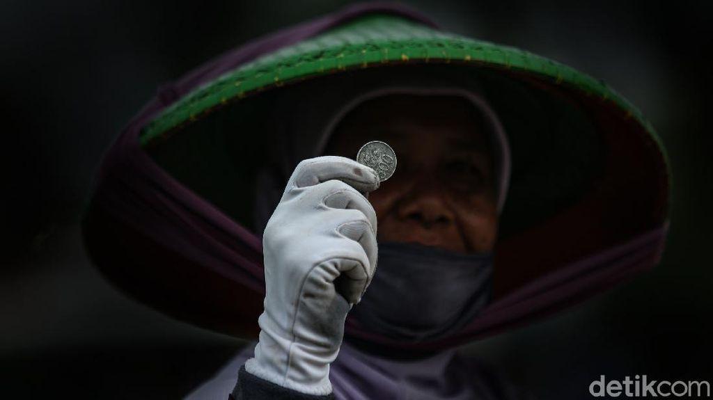 Potret Para Pemburu Koin di Jembatan Sewo Indramayu