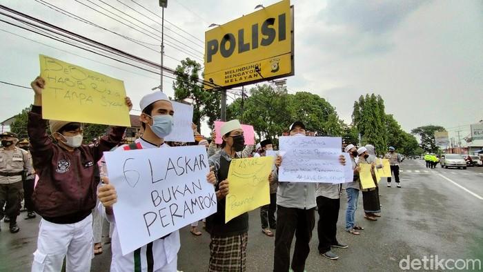 Puluhan massa protes penahanan HRS ke Polres Kuningan