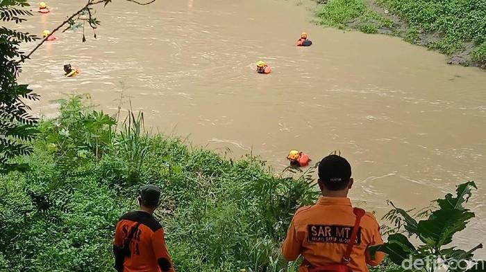 Relawan gabungan melakukan pencarian korban di sepanjang Kali Cemoro, Sragen, Senin (14/12/2020).