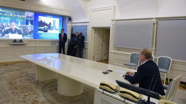 Presiden Rusia Vladimir Putin berbicara dengan Menteri Pertahanan Sergei Shoigu, saat ia menyaksikan peluncuran pendorong roket Angara-A5 di Kosmodrom Plesetsk melalui tautan video langsung di Moskow, Rusia, Selasa, 23 Desember 2014. (AP Photo / RIA Novosti, Alexei Druzhinin, Layanan Pers Kepresidenan)