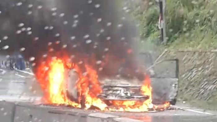 Sebuah mobil ludes terbakar di Jalan Soekarno-Hatta, Bawen, Kabupaten Semarang, Senin (14/12/2020).