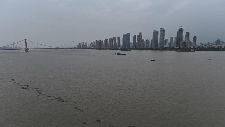 View Sungai Yangtze di Wuhan  (Photo by Hector RETAMAL / AFP)