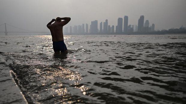 sekelompok orang bersiap-siap berenang di Sunyai WUhan pada 20 November 20 2020 (Photo by Hector RETAMAL / AFP)