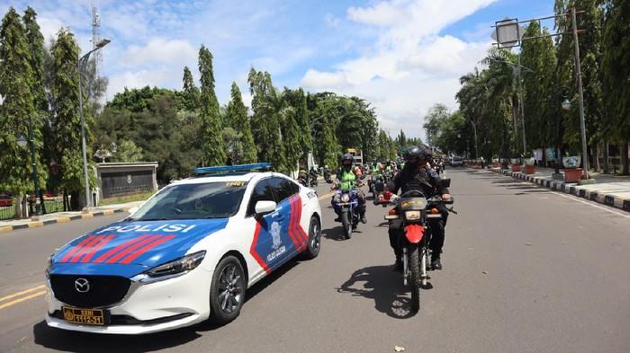 TNI-Polri Patroli Gabungan Jelang Pleno Penghitungan Suara di KPU Cilegon.