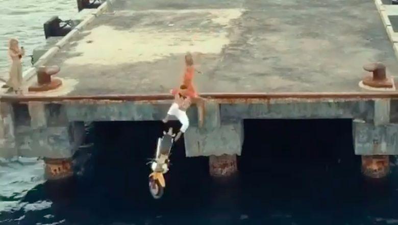 Turis ceburkan motor ke laut di pelabuhan Tanah Ampo