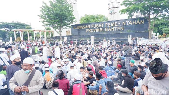 Aksi unjuk rasa protes penahanan Habib Rizieq di Kantor Pemprov Banten
