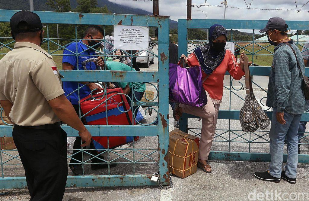 Meski negara tetangga Malaysia saat ini melakukan lockdown, namun keluar masuk orang di perbatasan masih diperbolehkan bagi Tenaga Kerja Indonesia (TKI) yang saat ini berada di Malaysia ingin pulang ke Indonesia khususnya Kalimantan Barat.