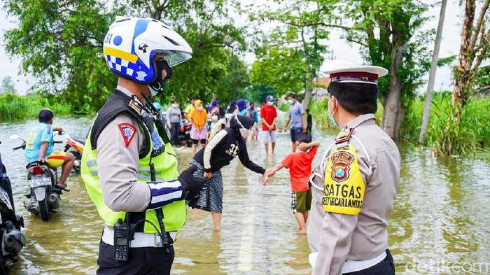 Banjir luapan Kali Lamong masih melanda sejumlah desa di Kecamatan Cerme. Beberapa jalan poros desa hingga jalur utama tidak bisa dilalui.