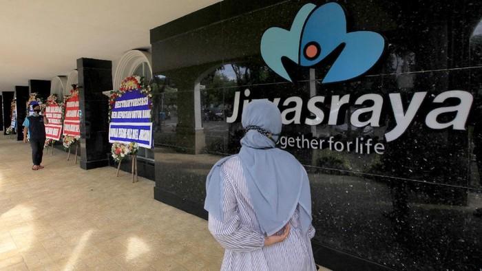 Puluhan karangan bunga berisi dukungan terhadap Program Restrukturisasi Polis membanjiri Kantor Pusat PT Asuransi Jiwasraya (Persero), Jakarta Selasa (15/12/2020).