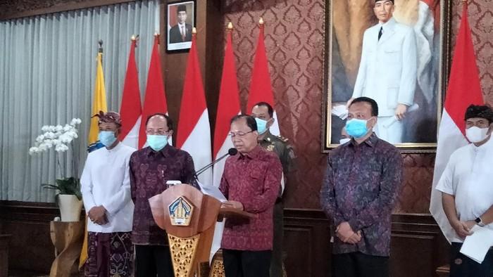 Gubernur Bali I Wayan Koster saat melakukan jumpa pers