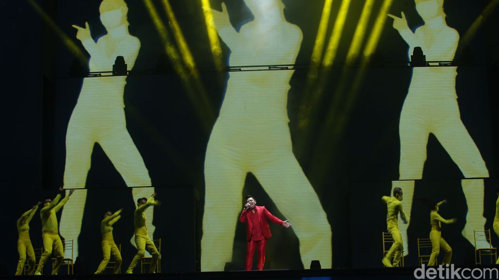 Penampilan sejumlah musisi di acara HUT Transmedia 19 Universe.