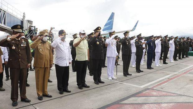 Jenazah Wakasad Letjen TNI Herman Asaribab beserta rombongan tiba di Bandar Udara Theys Hiyo Eluay, Sentani Jayapura, Papua.
