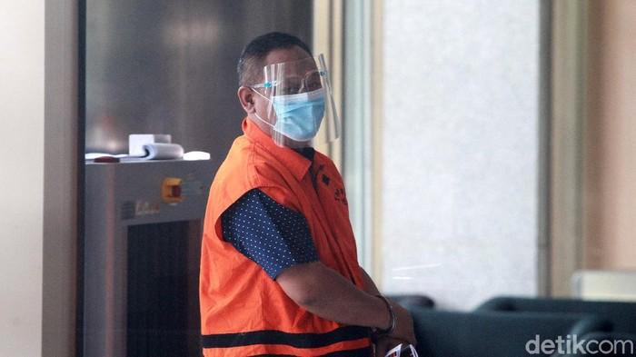 Pejabat Pembuat Komitmen di Kementerian Sosial Matheus Joko Santoso mengacungkan jempol ke wartawan saat tiba di gedung KPK, Jakarta,  Selasa (15/12/2020) untuk menjalani pemeriksaan.  Matheus Joko Santoso diperiksa penyidik KPK terkait kasus operasi tangkap tangan (OTT) dugaan suap pengadaan bantuan sosial dalam penanganan COVID-19 di Kementerian Sosial yang ikut menyeret Mensos saat itu, Juliari Batubara.