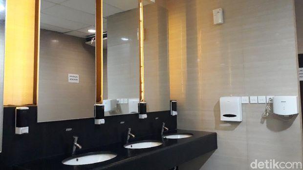 Melihat Lebih Dekat Toilet Umum Gratis di Yogya yang Mirip Stasiun MRT