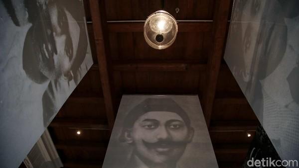 Pameran dibuka oleh Kepala Staf Kepresidenan Republik Indonesia, Jenderal TNI (Purn) Moeldoko yang ditandai dengan penandatanganan poster Pameran Foto dan Grafis Indonesia Bergerak 1900-1942.