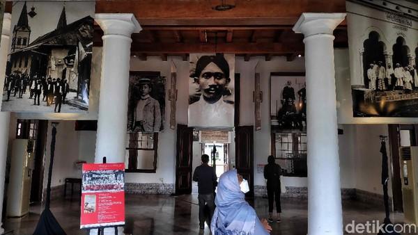 Pengunjung mengamati koleksi foto arsip tentang sejarah Indonesia yang ditampilkan dalam pameran Indonesia Bergerak 1900-1942 (Revamped) di Gedung Arsip Nasional, Jakarta Selasa (15/12/2020).