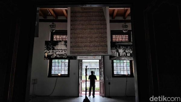 Dari jumlah tersebut, yang spesial terkait Indonesia meliputi 18.000 manuskrip Nusantara termasuk arsip, 11.000 peta, 250 lembar atlas, serta lebih dari 220.000 foto, kartu pos, dan negatif foto.