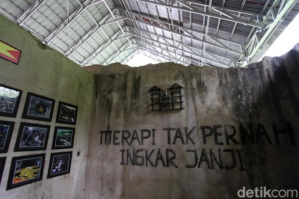 Lokasinya berada di Dusun Petung, Desa Kepuharjo, Kecamatan Cangkringan, Kabupaten Sleman, Yogyakarta. Jam dinding tersebut ditemukan dalam posisi terbalik di bawah lapisan pasir Merapi di rumah kediaman Ibu Watinem dan keluarga yang juga dijadikan sebagai sanggar seni.