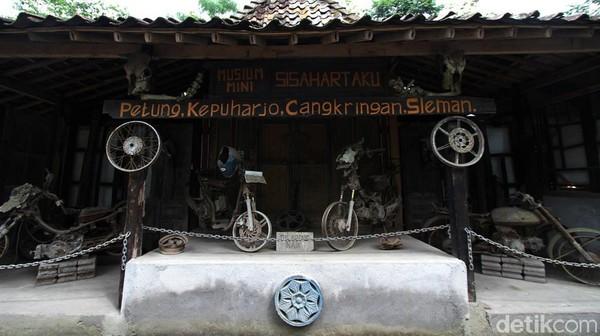 Pengunjung mengamati benda-benda sisa letusan Gunung Merapi di Kepuharjo, Cangkringan, Sleman, Selasa (15/12/2020).