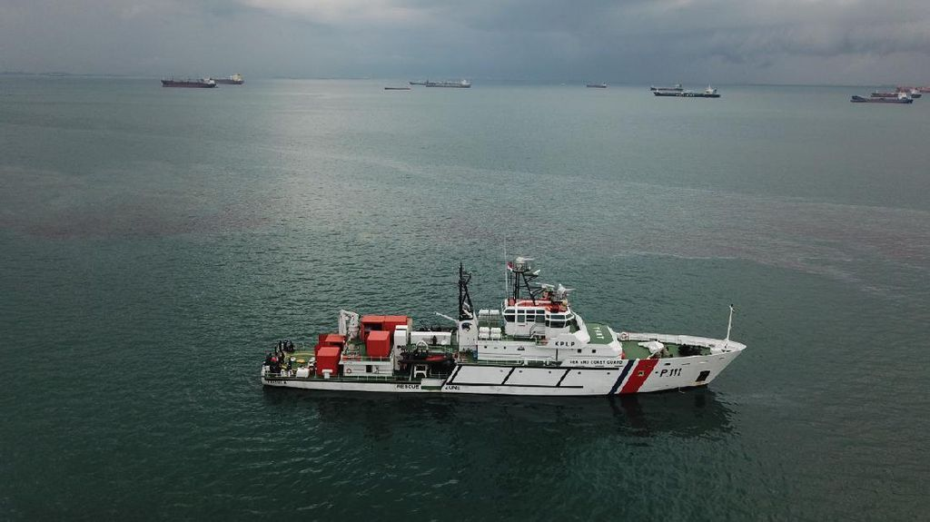 Kapal Keruk Karam di Batam, Kemenhub Kerahkan 4 Kapal Gelar Oil Boom