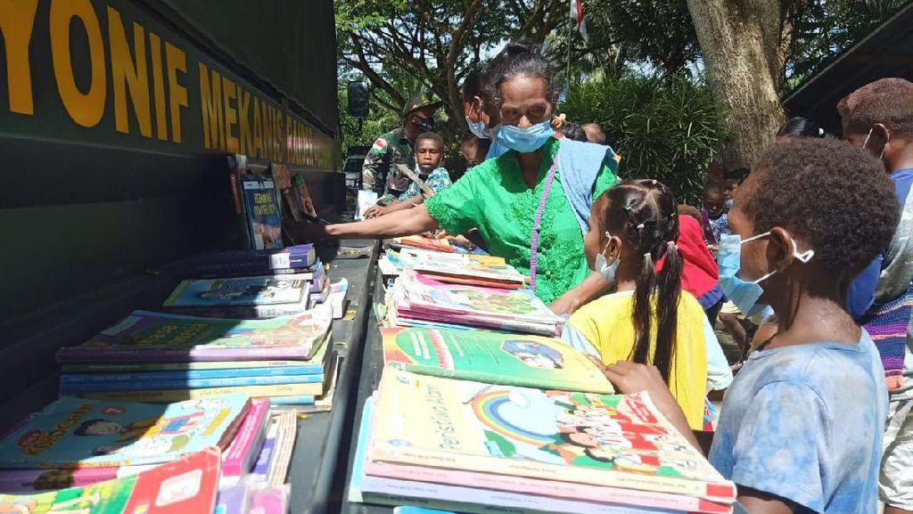 Bantu Cerdaskan Anak Perbatasan RI-PNG, TNI Ubah Truk Jadi Perpustakaan